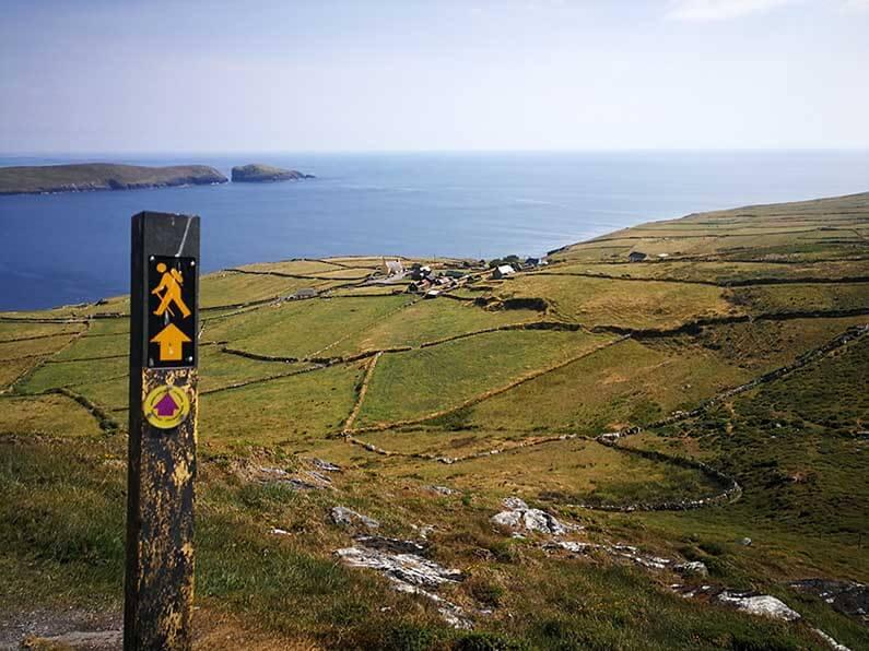 De Beara Way Walking Route is een prachtig lange afstand wandelpad in graafschappen Cork en Kerry, Ierland op ongeveer 184 km