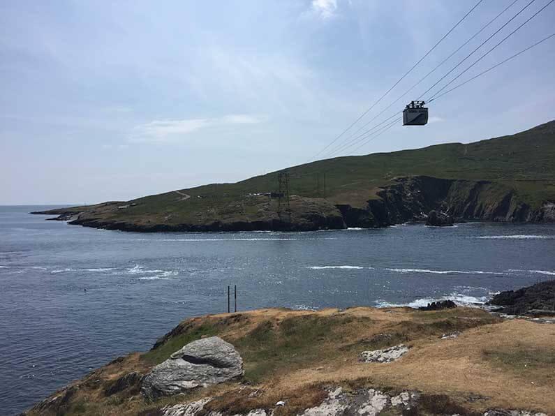 De overtocht duurt ongeveer 15 minuten, hangend 25m boven de Dursey Sound